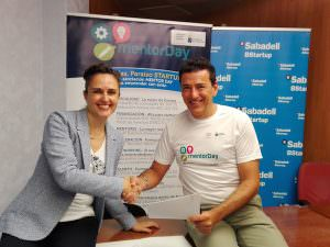 Jaime Cavero, director de Mentor Day y Candelaria Pérez Gil, directora de zona del Banco Sabadell en Tenerife, en el momento de la firma del convenio.