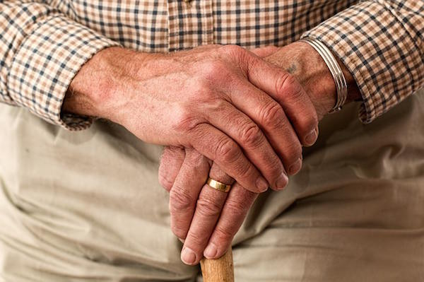 Los bancos ahuyentan a las personas mayores de sus oficinas