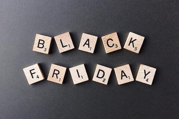 Omnisend Research muestra que el correo electrónico sigue siendo el principal canal para las campañas de Black Friday, mientras que el SMS gana terreno con 2000% + ROI
