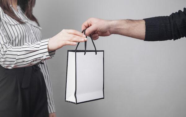 Cómo fidelizar a tus clientes con regalos publicitarios
